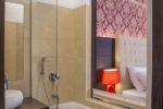 soba-pogled-v-kopalnico-skozi-okno-rdece-luci